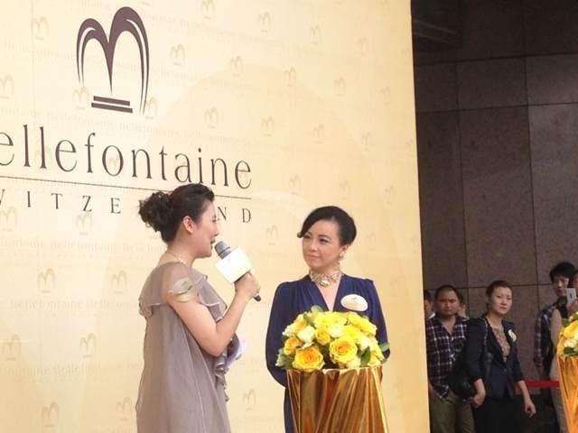 邓萃雯出席该品牌上海专柜开业剪裁